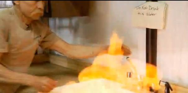 Водата гори до сондаж за шистов газ - кадър от филма
